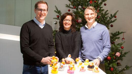Ein Weihnachtsgeschenk für den guten Zweck. V.l.n.r.: Martin Dechant (ehrenamtlicher PR-Berater, Netz für Kinder), Cornelia Amann (Marketing & PR, Netz für Kinder) und Bernd Hepberger (Geschäftsführer, MASSIVE ART).